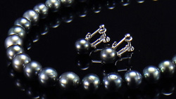 タヒチ産8~10mm南洋黒真珠ネックレス&イヤリング 全体を表示し下斜め方向にスライド
