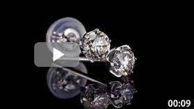 ダイヤモンドピアス2本置き 黒背景