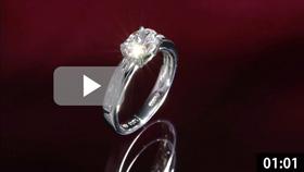 オーバルカットダイヤモンドリング 縦置き ワインレッド背景