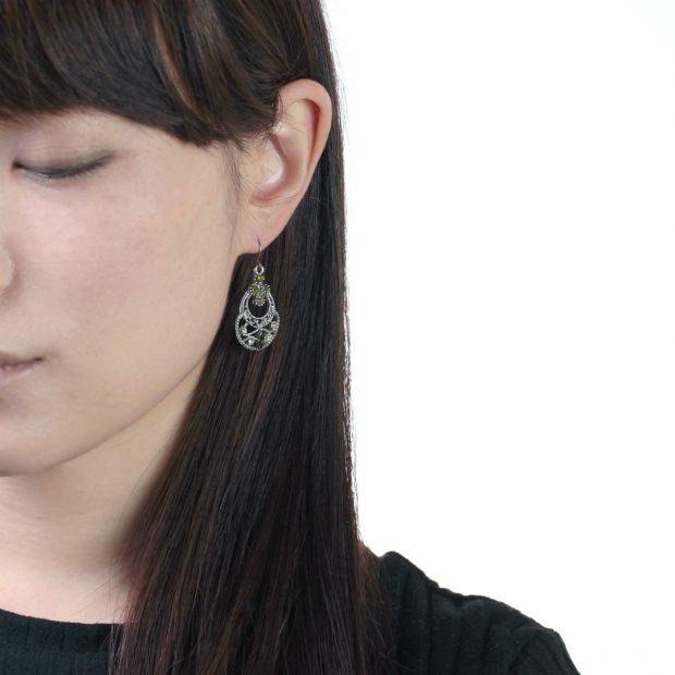 ピアスの着用写真-アクセサリー 黒髪の女性