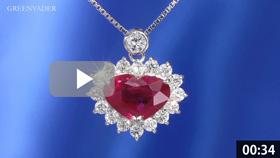 大粒ルビーのダイヤモンドペンダントを吊った状態で正面方向から撮影している動画です。背景は青色のグラデーションで、ルビーの拡大したシーンでは、より詳細なデザインや宝石の美しさが見てとれます。メレダイヤモンドから美しい7色の光条が常に放たれています。