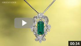 大粒エメラルドのダイヤモンドペンダントを吊った状態で正面方向から撮影している動画です。背景はゴールド色のグラデーションで、エメラルドの拡大したシーンでは、より詳細なデザインや宝石の美しさが見てとれます。メレダイヤモンドから美しい7色の光条が常に放たれています。