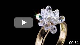 ブリオレットカットの18Kダイヤモンドリングの商品動画です。複数のダイヤモンドが複雑に輝く様子はとても美しく高級感を感じます。