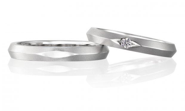 プラチナ999という珍しい結婚指輪。表面がマットに仕上げらている。