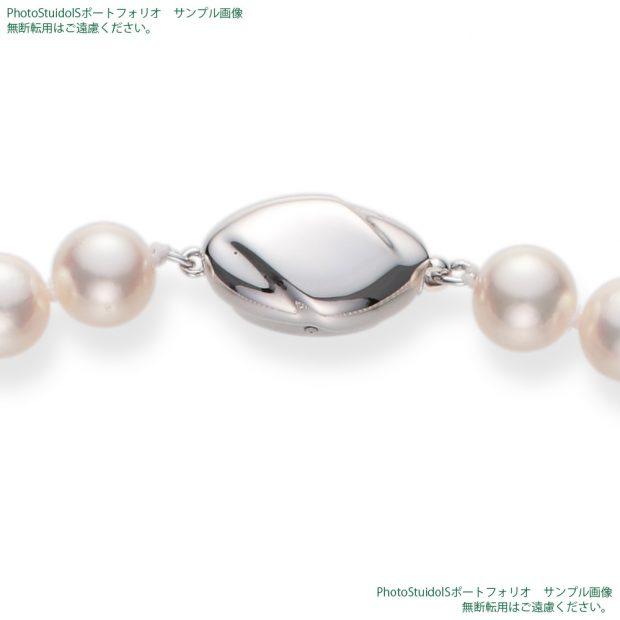 真珠の商品撮影【Aコース】 俯瞰(真珠を正面から見る方向)から真珠ネックレスのクラスプ(留め具)を拡大した写真。 納品画像と同じ1000×1000pxのサイズ。