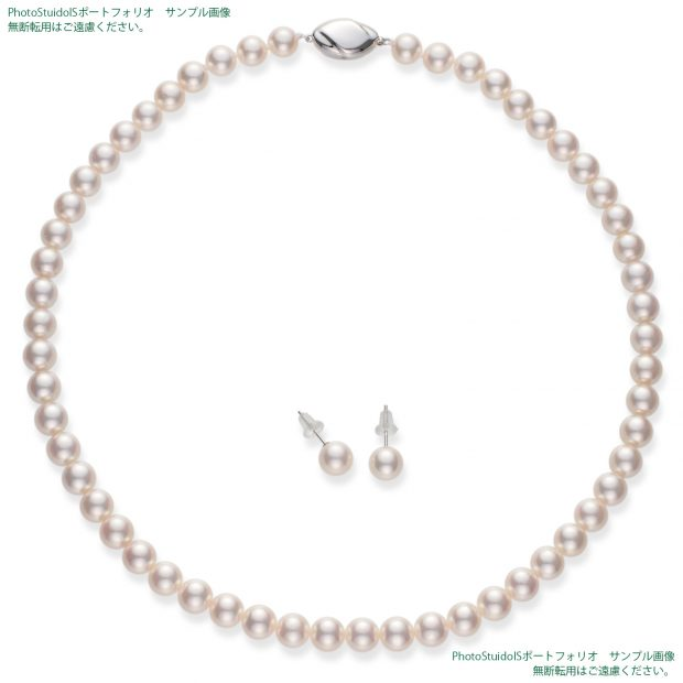 真珠の商品撮影【Aコース】 俯瞰(真珠を正面から見る方向)から真珠ネックレスとピアス(イヤリング)の全体写真。納品画像と同じ1500×1500pxのサイズ。
