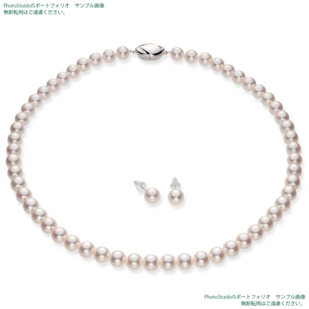 真珠の商品撮影【Bコース】 斜め方向から真珠ネックレスとピアス(イヤリング)の全体写真。納品画像と同じ1500×1500pxのサイズ。