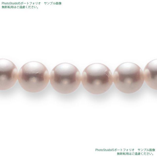 真珠の商品撮影【Cコース】 水平方向(やや低めの斜め方向)から真珠ネックレスの珠を拡大した写真。 納品画像と同じ1000×1000pxのサイズ。