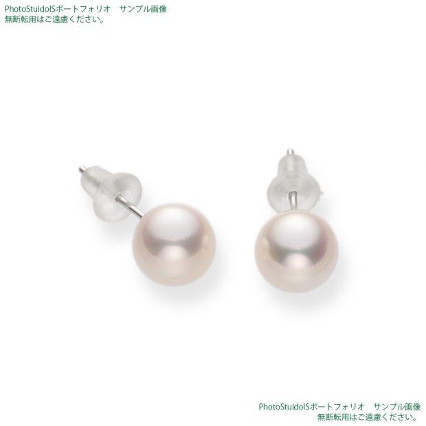 真珠の商品撮影【Bコース】 斜め方向から真珠ピアスを拡大した写真。 納品画像と同じ1000×1000pxのサイズ。