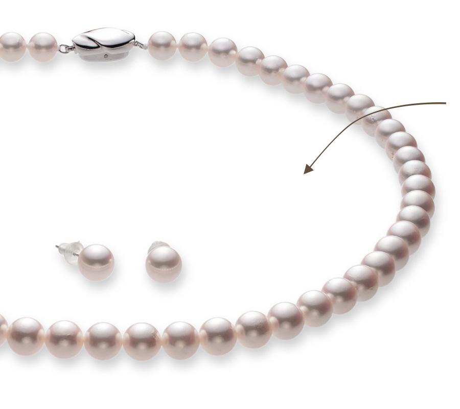 特徴1のピュアホワイト背景を示す図。独自の手法で商品を切り抜き、ピュアホワイト(RGB:FFFFFF)背景に合成。ピュアホワイトは最も使いやすく、真珠の色が分かりやすい背景色。