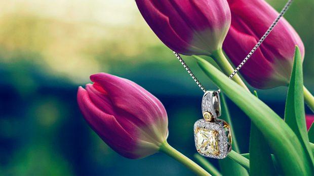 イエローダイヤモンドネックレスとチューリップを組み合わせたイメージ写真