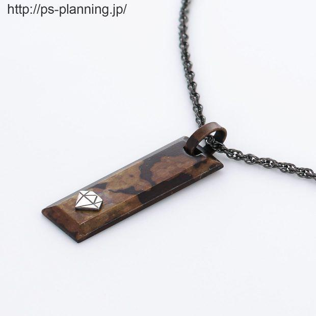 銅板着色茶色系バータイプネックレス 左斜め