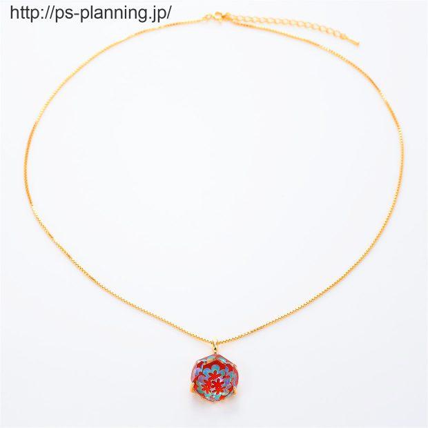 水晶螺鈿 花モチーフの赤漆 イエローゴールドメッキ仕上げネックレス 全体 撮影実績写真サンプル-PhotoStudioIS