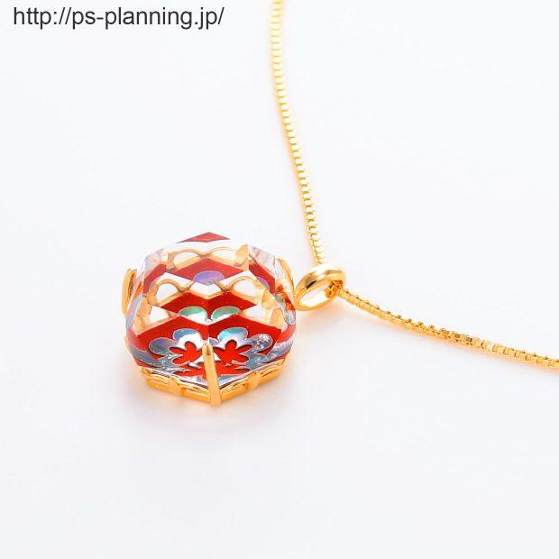 水晶螺鈿 花モチーフの赤漆 イエローゴールドメッキ仕上げネックレス 左斜め 撮影実績写真サンプル-PhotoStudioIS