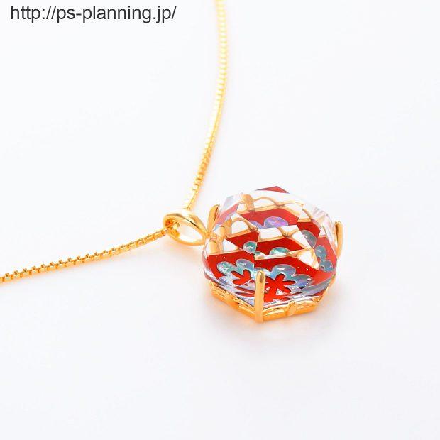 水晶螺鈿 花モチーフの赤漆 イエローゴールドメッキ仕上げネックレス 右斜め 撮影実績写真サンプル-PhotoStudioIS