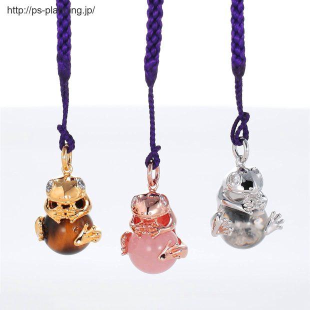 宝石を抱えた蛙モチーフの根付 3色(とらめ石・ピンククォーツ・水晶)