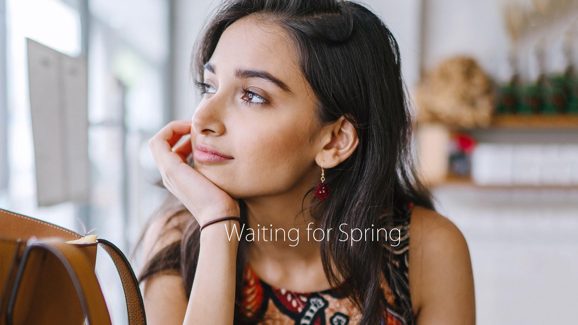 2019年2月のフォトスタジオISホームページトップ画像-春を待つレースピアスを付けた女性