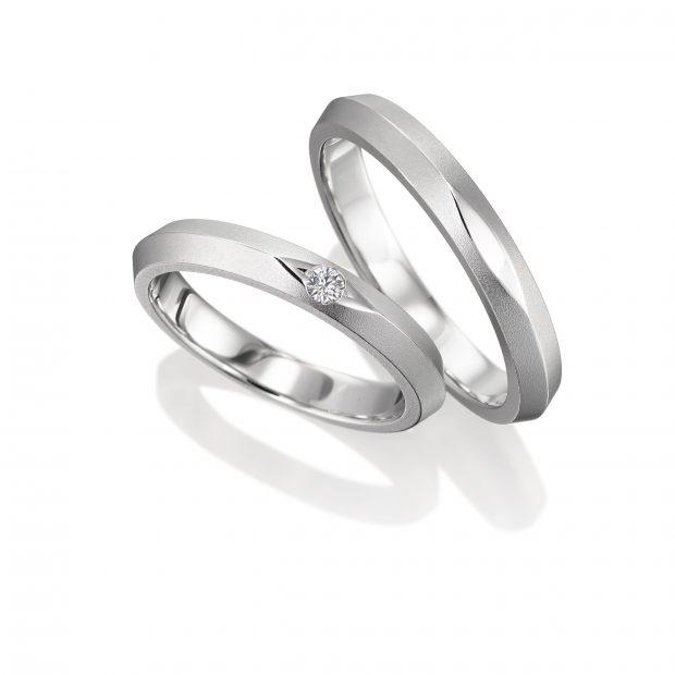 プラチナ999の特殊なマリッジリングを立てて撮影した結婚指輪ペアのサンプル写真