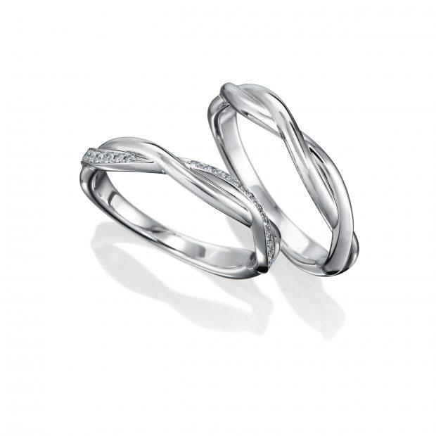 曲線が特徴的な2本の結婚指輪を立てて撮影した写真サンプル。
