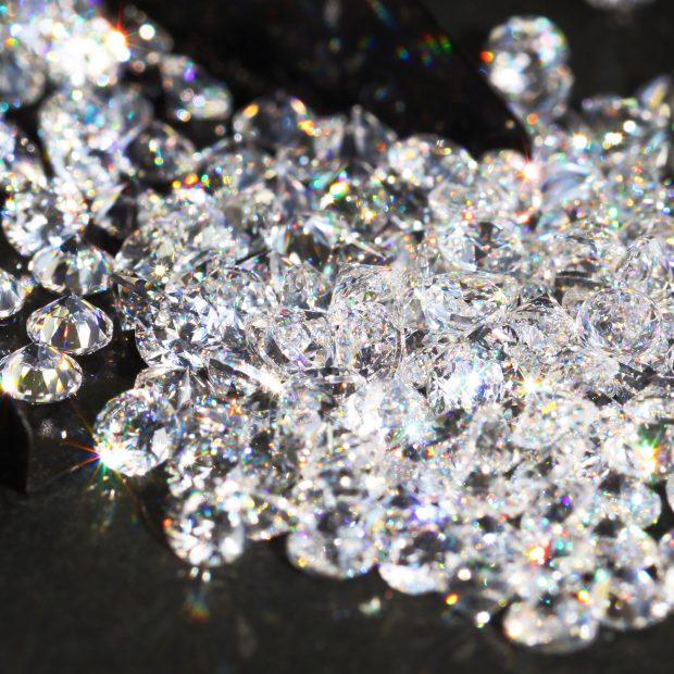 無数のダイヤモンドルースが輝いているイメージ写真